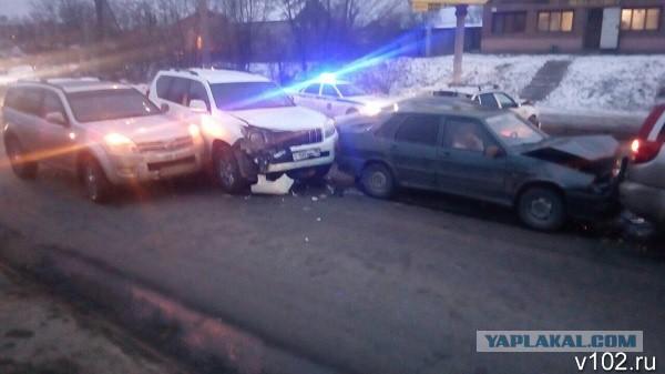 В Волгограде федеральный судья на внедорожнике «собрала» четыре машины на перекрестке