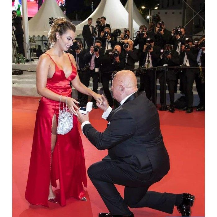Миллионер попросил свою возлюбленную стать его женой в Каннах на красной дорожке