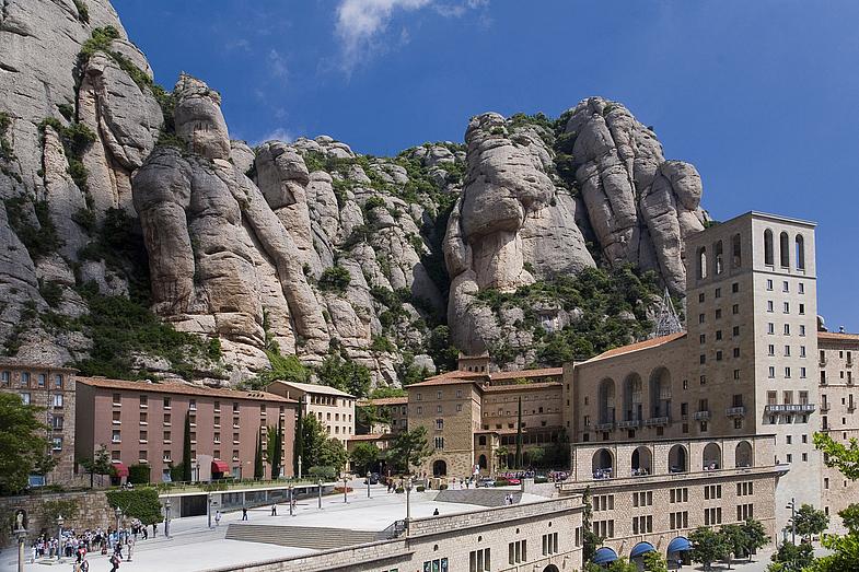 Монсеррат - гора и монастырь, достопримечательность Испании.