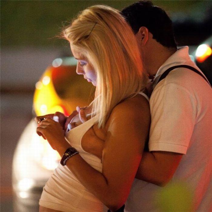 Почему парни трогают у девушки грудь фото 383-892