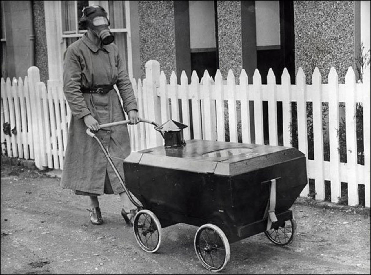 Женщина с ребенком в коляске, готовые к газовой атаке, Англия, 1938 Историческая фотография, история, факты