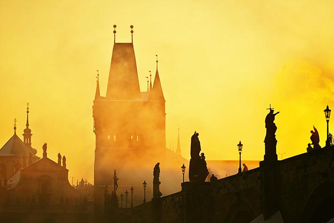 Золотой туман над Карловым мостом в Праге