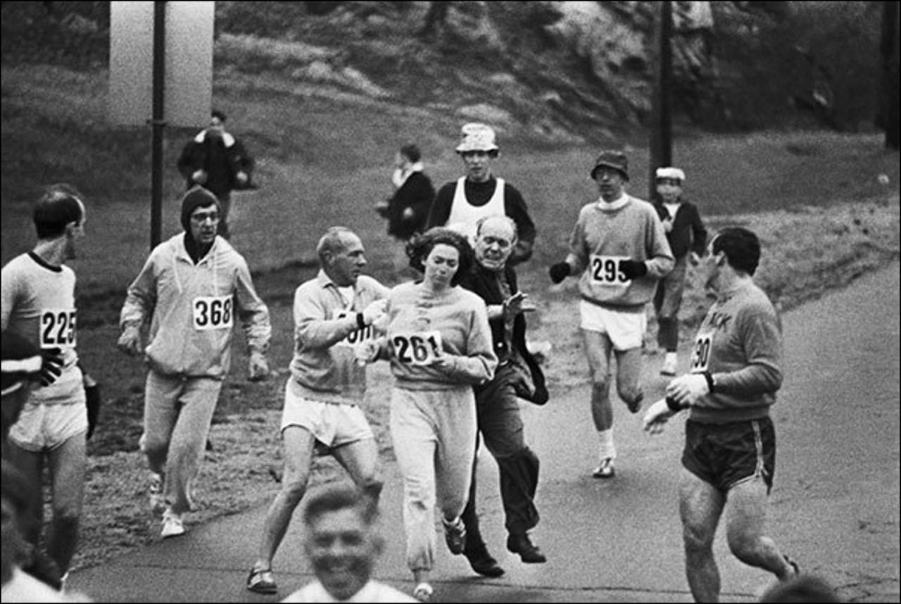 Организаторы Бостонского марафона пытаются остановить Катрин Свитцер. Она стала первой женщиной, пробежавшей этот марафон, 1967 Историческая фотография, история, факты
