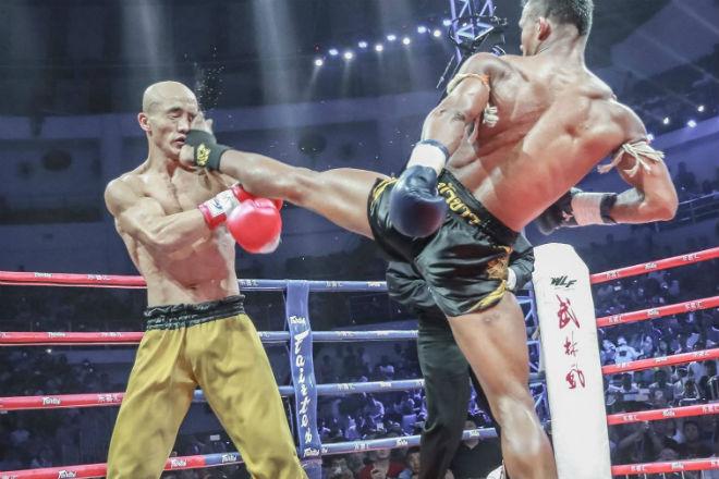 Отмороженный шаолиньский монах не поддается нокауту даже под мощными ударами боксера