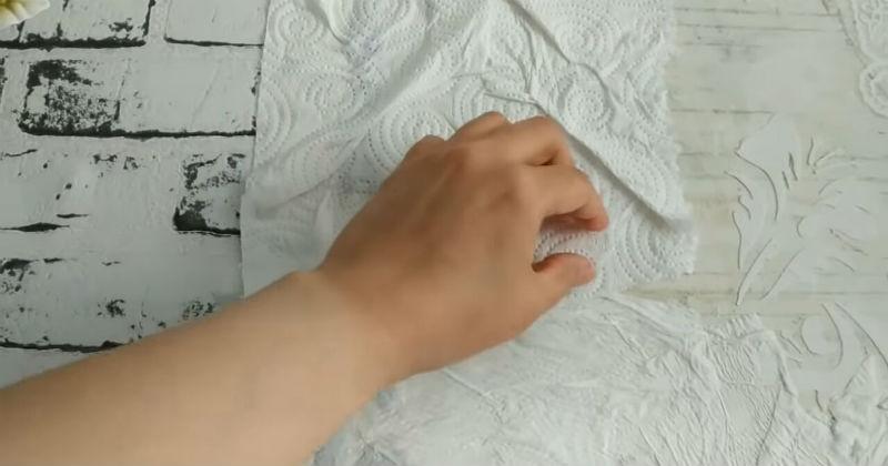 Интерьер с изюминкой: кружево + бумажные полотенца на стене