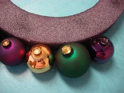 Новогодние венки из елочных шаров (18) (400x300, 100Kb)