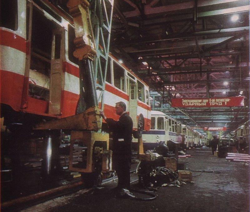 А это уже сборочный конвейер Ликинского автобусного завода. 1975 год. ЛАЗ, СССР, авто, автобус, автомобили, зил, лиаз, советский автопром