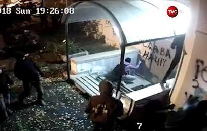 В Киеве радикалы напали на офис Виктора Медведчука
