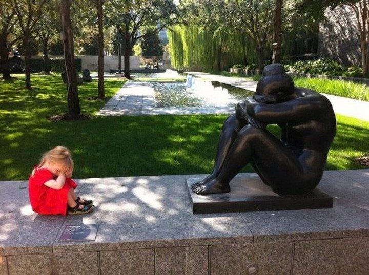 Даже дети знают как надо фотографироваться с памятниками!