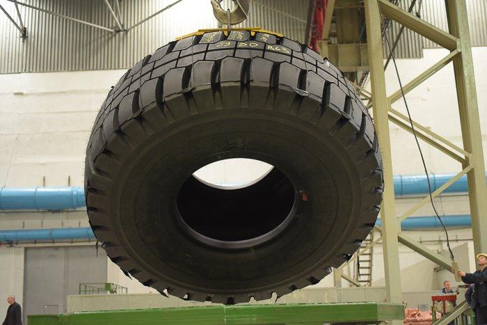 """На """"Белшине"""" выпустили шину-гигант: высота более 4 метров"""