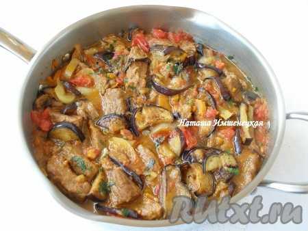 Аппетитные и вкусные баклажаны с мясом и овощами готовы.