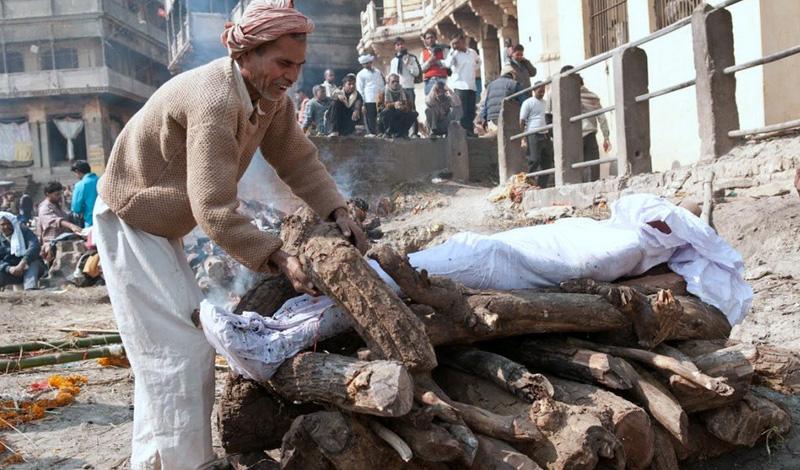 НеприкасаемыеКаста неприкасаемых находится за пределами общественного деления Индии. Они работают на самых грязных местах, убирают мертвых животных, чистят туалеты и занимаются выделкой кож. Для неприкасаемых закрыты двери храмов. Люди ничего не могут сделать со своим положением, определяющимся только по праву рождения. Вход во дворы домов любого из членов высших каст неприкасаемым строго воспрещен, а того, кто рискнет осквернить общественный колодец своим ведром, ждет быстрая и жестокая расправа прямо на улице.