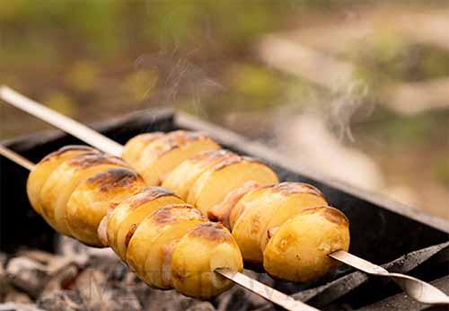 Картошка, запеченная с грудинкой на мангале