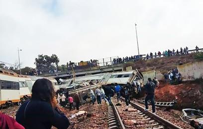 Не менее 10 человек погибли при сходе поезда с рельсов в Марокко