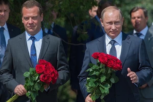 Путин и Медведев почтили память защитников Севастополя