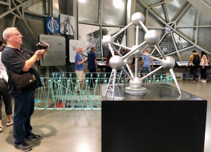 Европейцы в восторге от выставок и экскурсий, проходящих внутри гигантской кристаллической решетки. /Фото: plusaunord.com