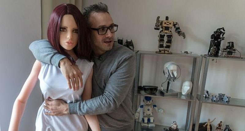 «Дорогой, не сегодня, у меня голова болит»: секс-робота научили отказывать мужчине