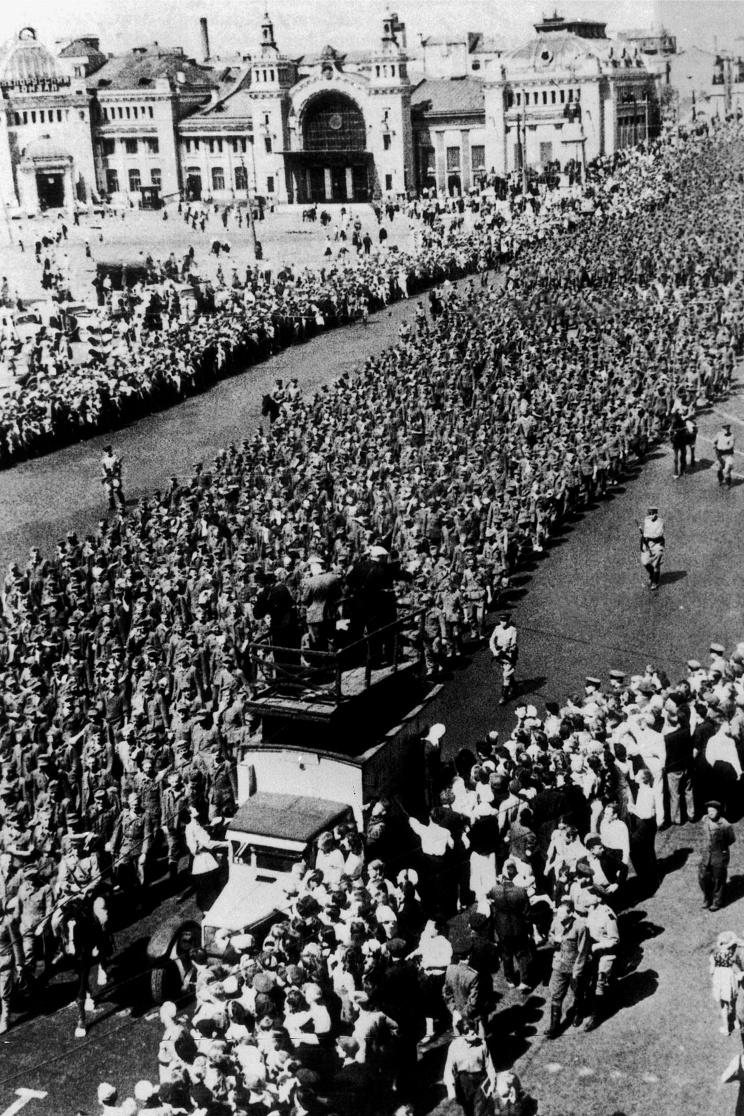 ID: 10632262 Описание: Советский Союз. Немецкие военнопленные во время марша у Белорусского вокзала 17 июня 1944 года. Фотохроника ТАСС