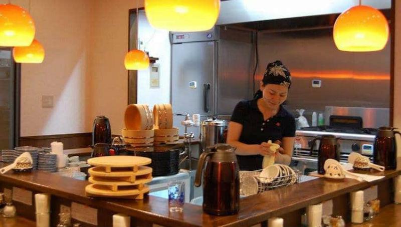 В Токио заработал ресторан, где можно поесть после смены на кухне