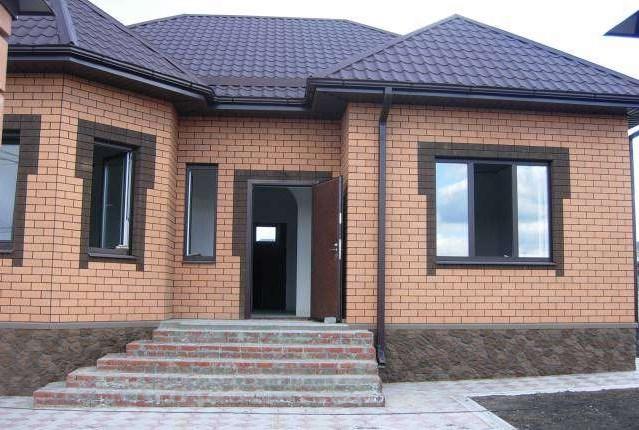 Фото фасадов домов с коричневой крышей