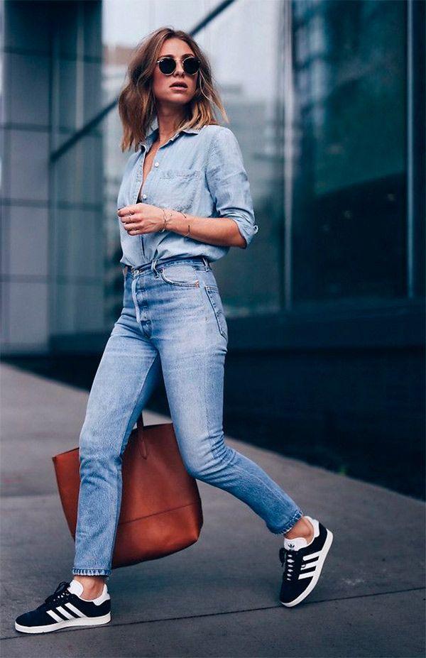 С чем носить голубые джинсы: с джинсовой рубашкой и темными кроссовками
