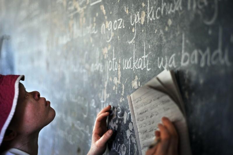 10) Девочка-подросток переписывает примеры с доски в классе начальной школы для слепых в Митиндо 28 января 2009 года в Танзании. (TONY KARUMBA/AFP/Getty Images)