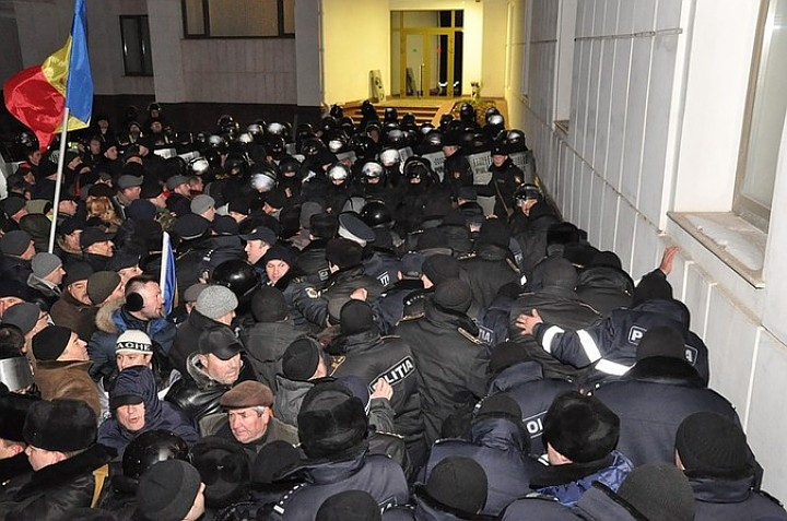В Кишиневе протестующих вывели из здания парламента Молдавии