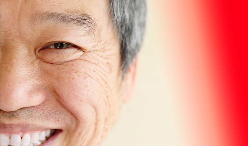 Проблемы с зубами Изношенная эмаль часто становится признаком кислотного рефлюкса, неприятной и сложной болезни. Кислоты из пищевода растворяют эмаль на тыльной стороне зубов — в отличие от сладких напитков, которые воздействуют на фронтальную сторону. Если вы заметили эту проблему, немедленно обратитесь к врачу. Без лечения кислотный рефлюкс не только приводит к разрушению зубов, но и в разы увеличивает риск развития рака пищевода.