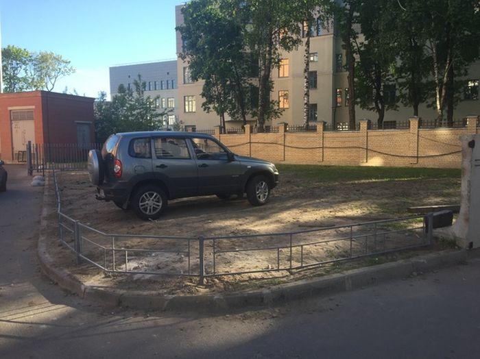 О таком исходе любитель парковки на газоне даже не догадывался