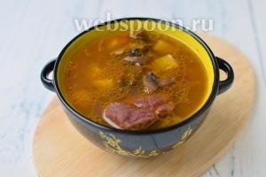 Подавать суп со сметаной. Так же его можно варить без мяса, так как фасоль и грибы служат ему отличной альтернативой.