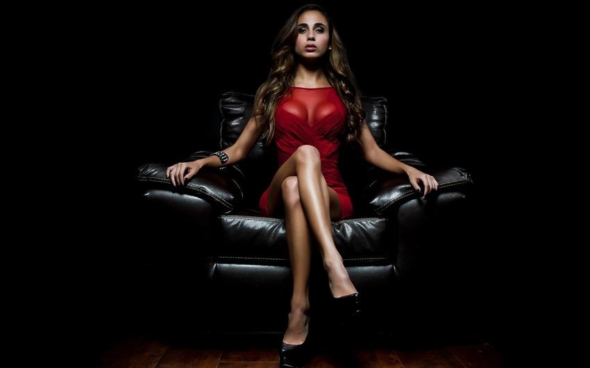 Фото женщина сидит в красном платье
