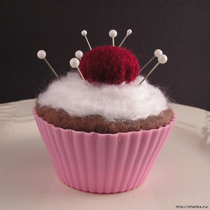 Dotty-Raleigh-cupcake-pincushion-with-emery-cherry (699x700, 288Kb)