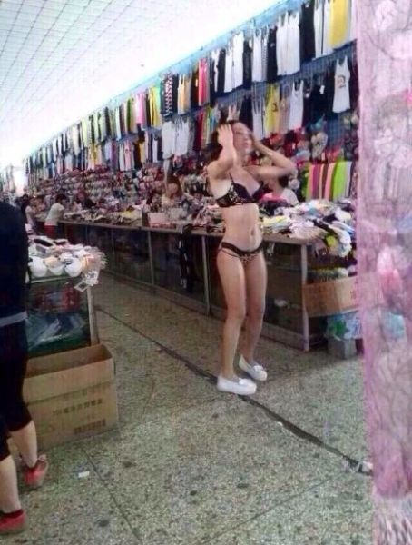 Фото на базаре в раздевалке меряет стринги