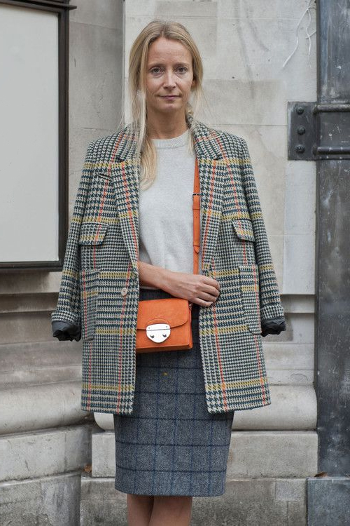 Юбка в клетку и твидовый пиджак на женщине 40 лет