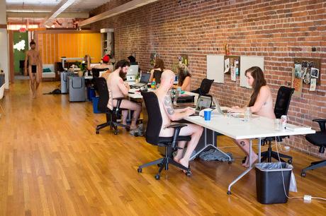 Сотрудники журнала месяц работали голыми, чтобы сблизиться (фото, 18+)