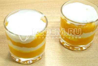 Выкладывать слоями в стаканчики чередуя тыкву со сметаной.