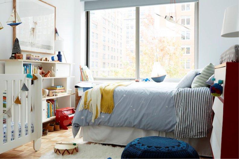 Интерьер спальни с кроваткой в нейтральной гамме