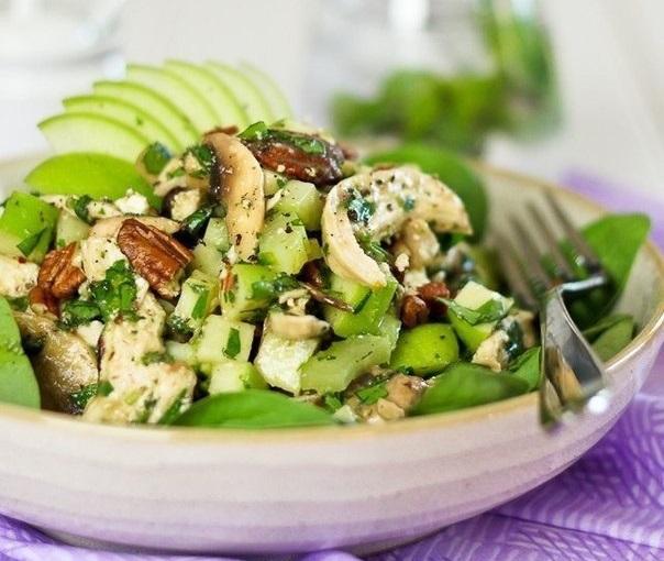 Салат с курицей, грибами, зеленым яблоком и фетой