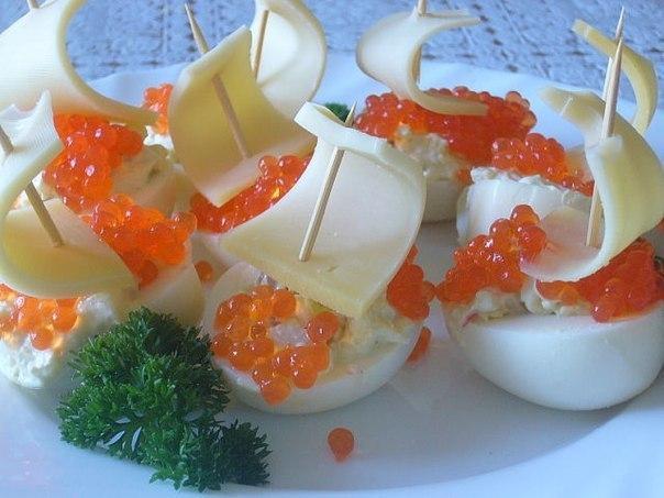 Кораблики из яиц с икрой - отличная и быстрая закуска!