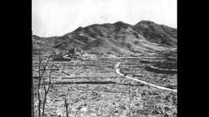 Римско-католическая церковь на фоне выжженой земли Нагасаки.