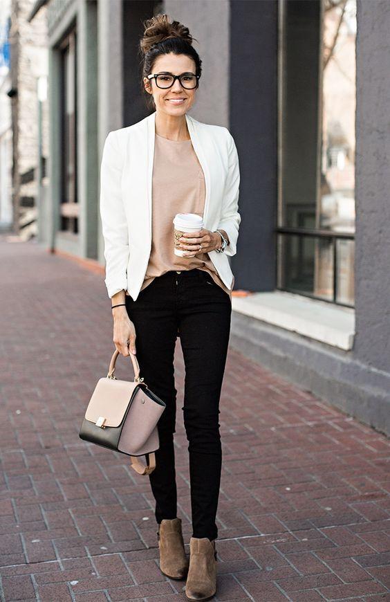 Темные джинсы скинни в рамках делового образа