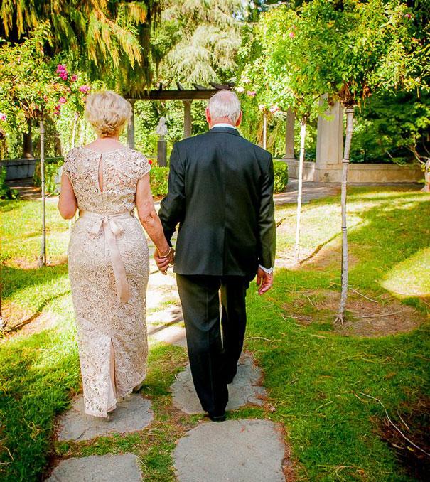 Пожилая пара женится