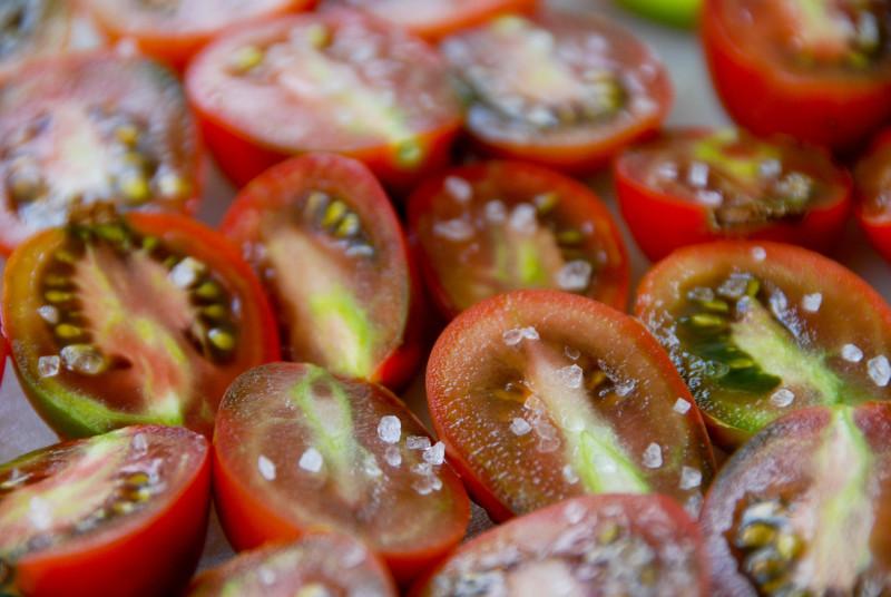 Половинки томатов, посыпанные солью