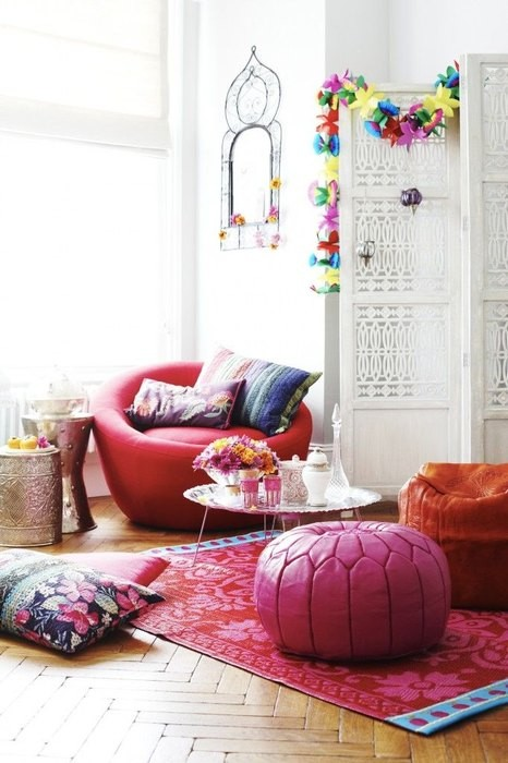 Причины, по которой стоит выкинуть диван из малогабаритки: [b] Причина №5:[/b] с ролью дивана отлично справятся напольные подушки    Такой интерьер требует использования ярких и насыщенных