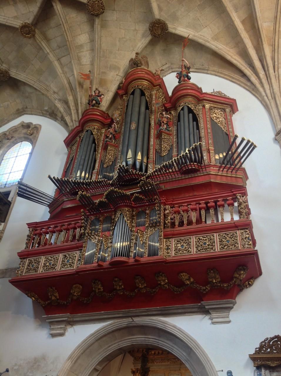 Как он красив! Нашла в одной из церквей Португалии.