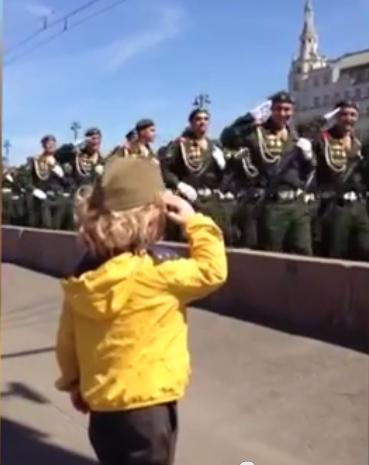 Маленький генерал. На репетиции парада Победы в Москве военные ответили на приветствие юного зрителя