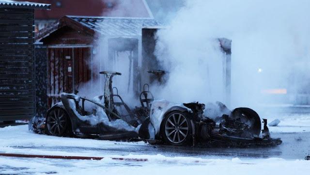Владелец поставил Tesla на зарядку и ушел. Вернувшись через несколько минут он обнаружил свое электрокар полностью сгоревшим