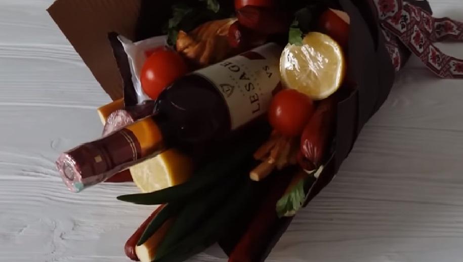 Оригинальная идея для подарка: букет для мужчин с неожиданными ингредиентами