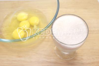 Яйца взбить с сахаром. #0Морковь очистить и натереть на мелкой терке.