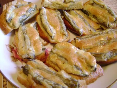 Горячие бутерброды с мойвой